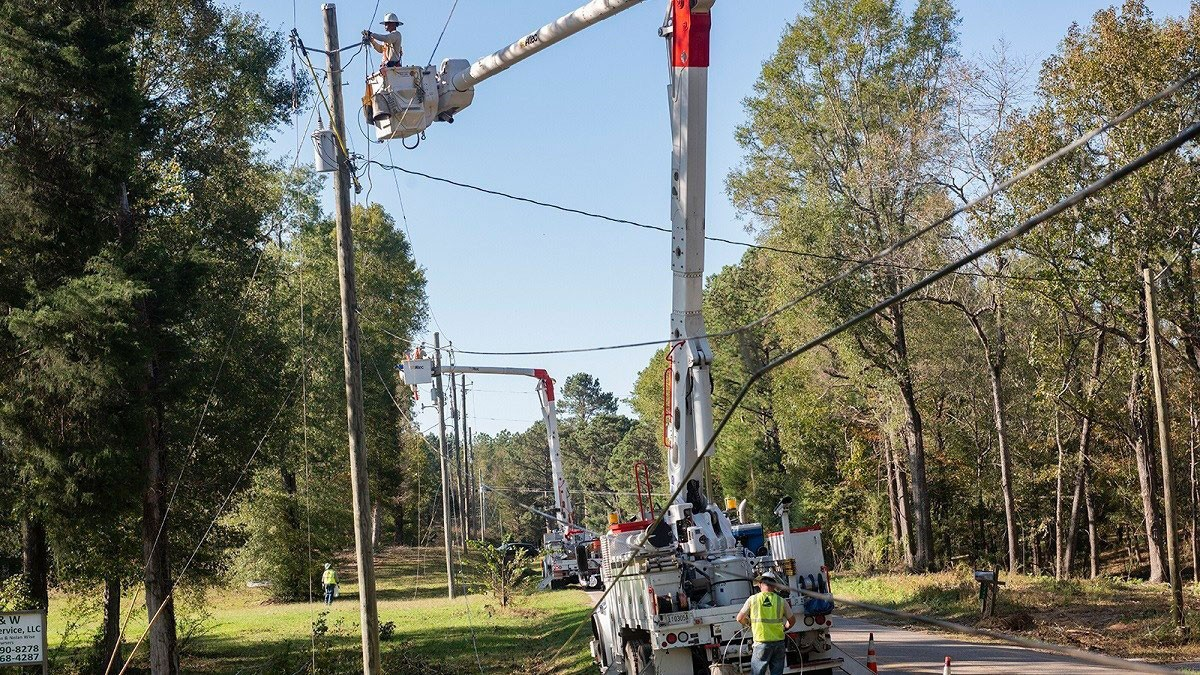 Crews restoring power